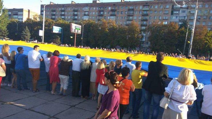 Наплощади Свободы вМариуполе развернули наибольший  вмире флаг Украинского государства