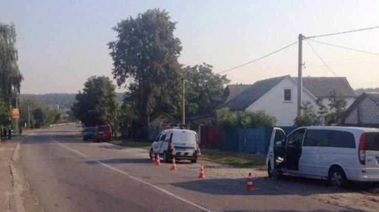 НаКиевщине Mercedes Vito сбил 2-х молодых людей