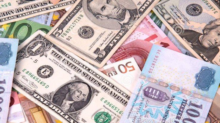 НБУ снова поднял официальный курс доллара иопустил курс евро