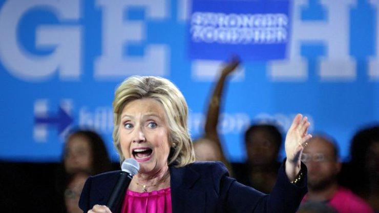 Клинтон впервый раз после болезни вышла напублику
