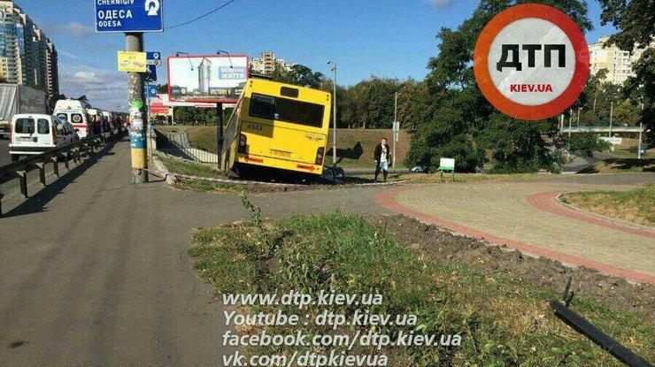 ВКиеве автобус спассажирами вылетел сдороги, работают несколько бригад скорой