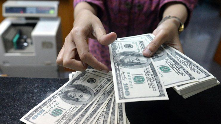 Гривна уступила позиции относительно доллара иевро