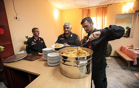 Итальянские карабинеры накормили нацгвардейцев макаронами (фото ngu.gov.ua)