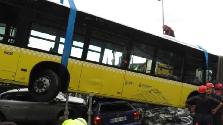 ВСтамбуле автобус расплющил сразу несколько авто из-за потасовки спассажиром