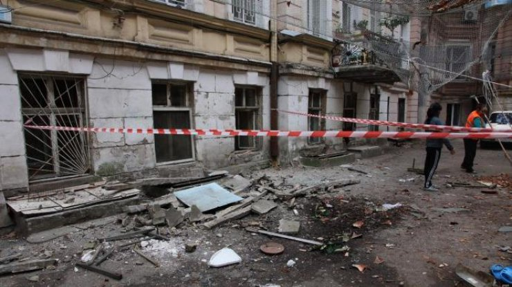 ВОдессе жуткоеЧП: Балкон рухнул наасфальт вместе с дамой
