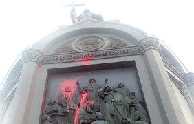 Вандалы испортили памятник Владимиру