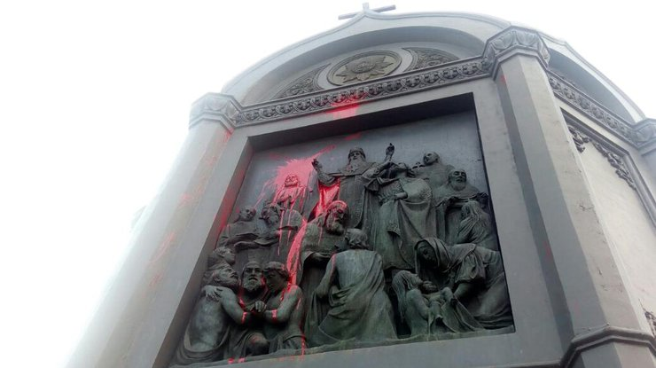 ВКиеве вандалы изуродовали монумент Владимиру огромному