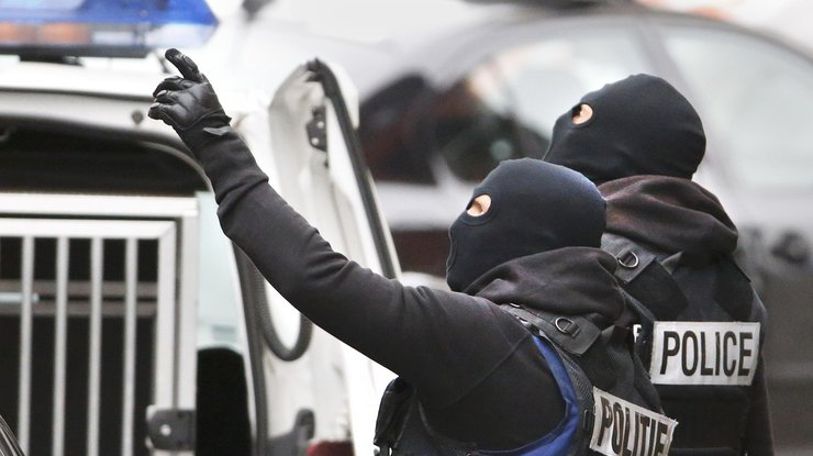 Встолице франции мужчина открыл стрельбу около супермаркета, ранены 2 человека