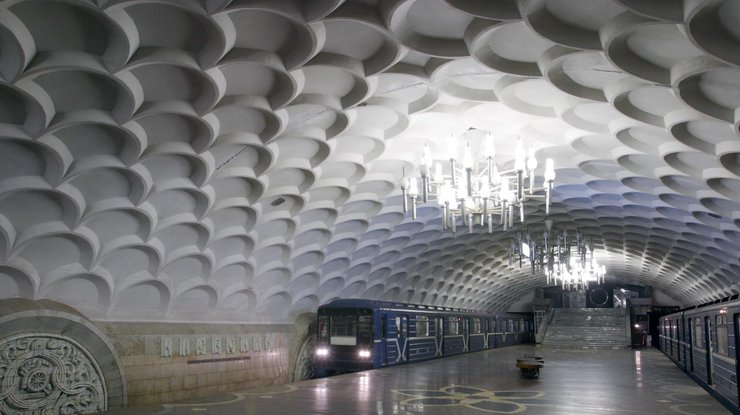 Вхарьковском метро женщина упала нарельсы