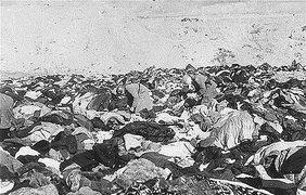 Евреев раздевали наверху, затем расстреливали на краю оврага