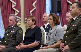 Вручение наград матерям погибших бойцов в зоне АТО