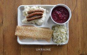 Как выглядит школьный обед в разных странах (фото: Vk)