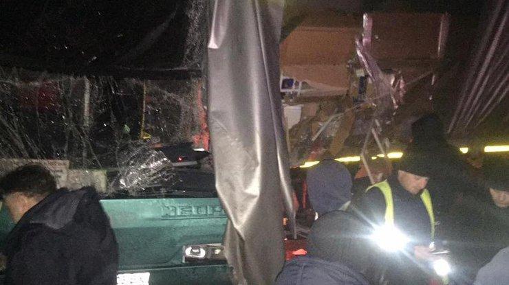 Автобус с40 туристами врезался в грузовой автомобиль — Львовская область