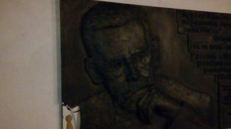 ВКиеве вандалы сломали мемориальную доску Вацлаву Гавелу