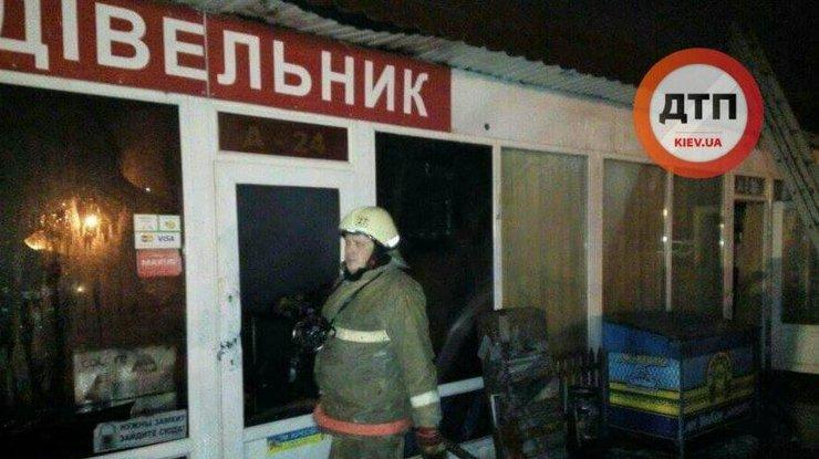 Масштабный пожар вКиеве: нарынке сгорели повильоны стоваром