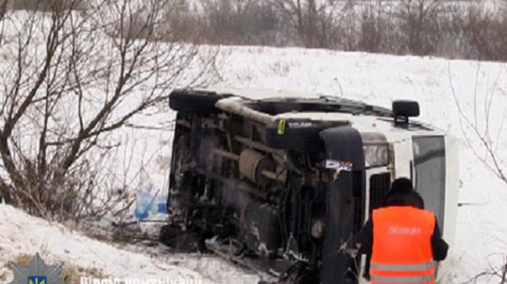 ВРовенской области перевернулся микроавтобус спассажирами, 7 пострадавших