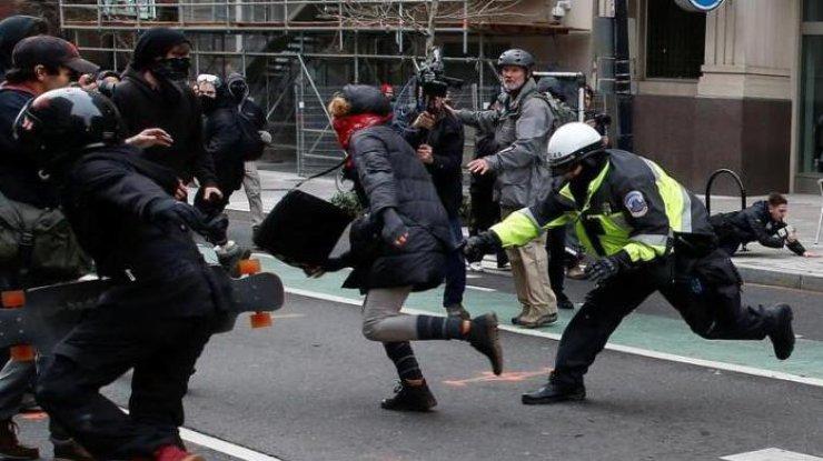 ВВашингтоне протестующие бьют витрины, милиция применила слезоточивый газ