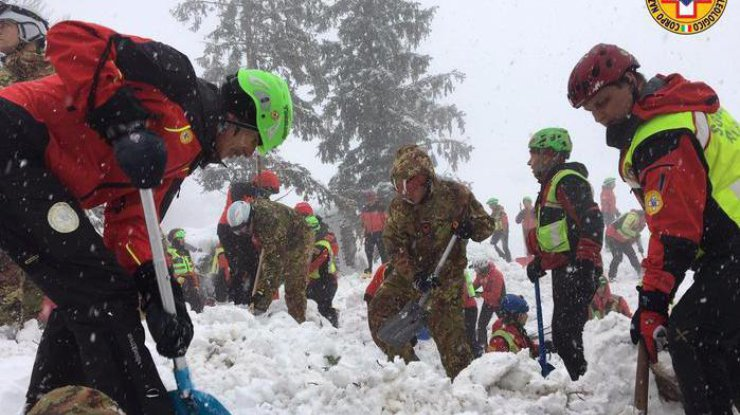 Еще четверых выживших обнаружили под слоем снега витальянском отеле