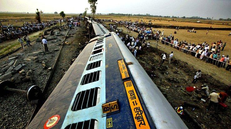 ВИндии при крушении поезда погибли 13 человек