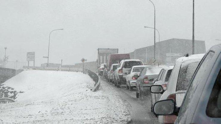 ВКиеве 7-балльные пробки, авцентре столицы движение почти парализовано