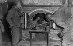 Люди в печи крематория в апреле 1945 года
