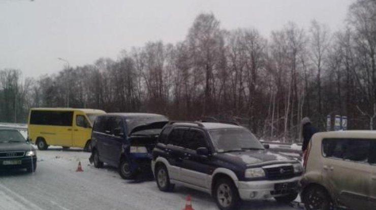 Снег довел до трагедии: ВДТП попали сразу 14 авто