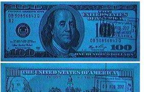 Лицевая и оборотная сторона поддельной банкноты в ультрафиолетовых лучах светятся голубым светом. В настоящих банкнотах бумага не флуоресцирует. На обороте купюры имитированы водяной знак и защитная лента