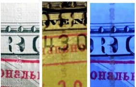 """Защитная полоса, которая в настоящей купюре """"вшита"""" в толщу бумаги, здесь имитирована печатью белой краской на обратной стороне. Текст читается, но в ультрафиолете виден в виде темной полосы - на настоящих деньгах полоса должна светиться розовым светом"""