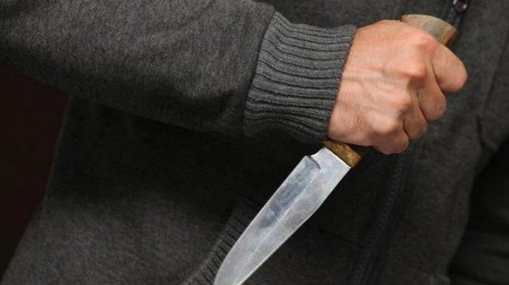 ВОдессе мужчина сножом напал намолодую пару вмагазине