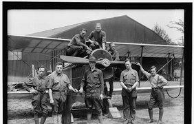 Фотография пилотов которые будут управлять самолетами, переправляющими авиапочту в 1918 году