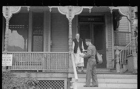 Прежде чем были введены обязательные почтовые ящики, почтальоны были вынуждены стучаться в каждую дверь, завязывая дружеские отношения с хозяевами дома. Вот почтальон, приветствующий одного из его клиентов в Небраске, 1938