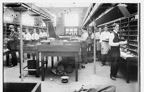 Технология, используемая кассиром, изменилась, но с 1925 года,  она все еще подразумевает весы, печати и деньги