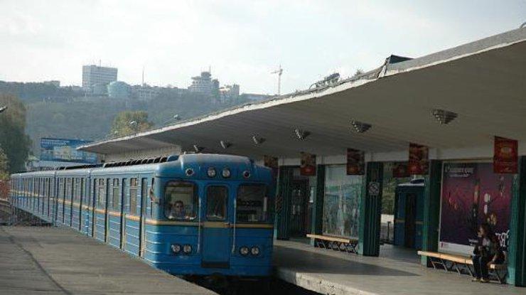Мужчина, который упал нарельсы вкиевском метро, скончался