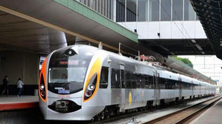 Поезд «Киев— Перемышль» столкнулся страктором вПольше
