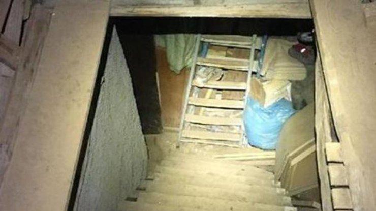 Пленницу жёстко в подвале