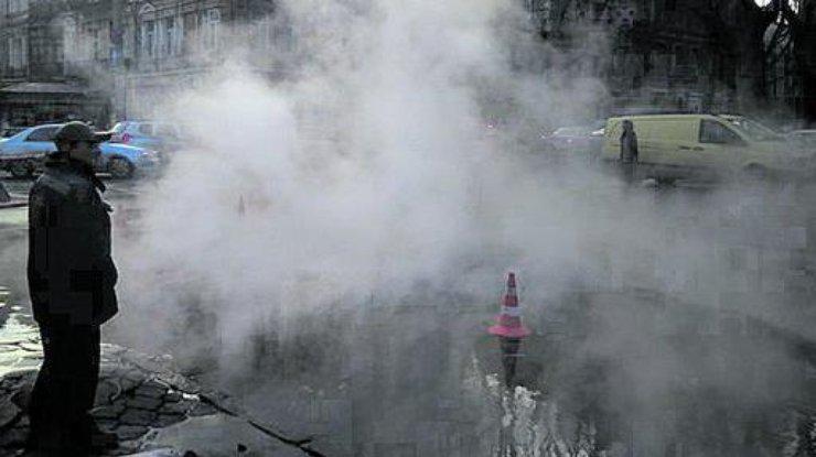 Вцентре Одессы из-под земли бьет горячий «гейзер»: прорвало теплотрассу