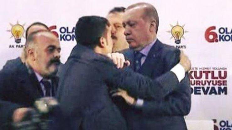 ВТурции мужчина, который захотел обнять Эрдогана, вызвал панику
