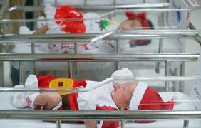 Для всех малышей врачи связали белые и голубые наряды