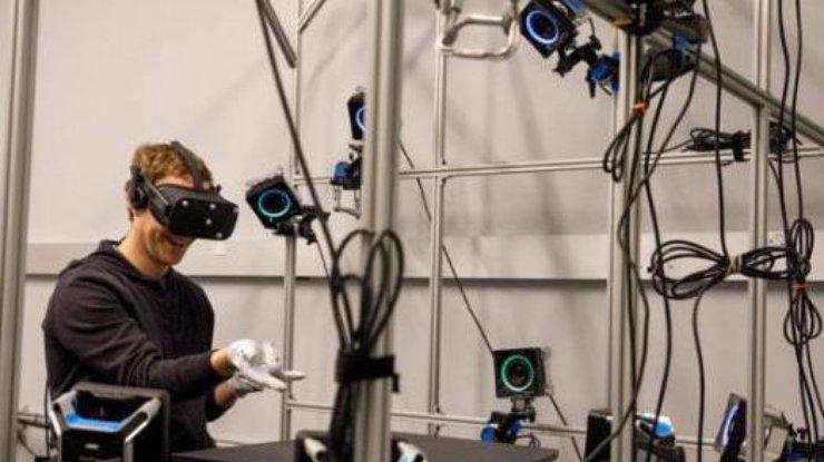 Цукерберг протестировал перчатки виртуальной реальности