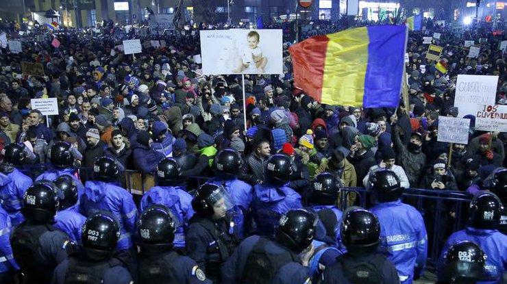Наантиправительственные протесты вРумынии вышли неменее 100 000 человек