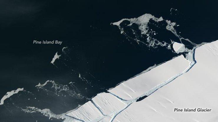 ОтАнтарктиды откололся огромный айсберг