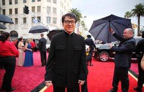 """Джеки Чан 62-летний актер выглядит потрясающе. В этом году Джеки стал оскаровским лауреатом: актеру вручили почетный """"Оскар"""" за вклад в киноискусство."""