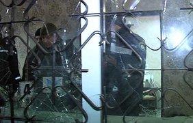 Злоумышленник, разбил окно салона красоты и бросил внутрь боевую гранату, которая взорвалась в помещении.