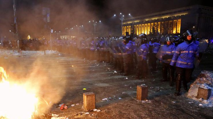 Около 50 тысяч протестующих собрались перед зданием руководства вРумынии