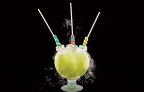 """""""Леденцовая страсть"""" - коктейль подается с леденцами на палочке и сахарным ожерельем"""