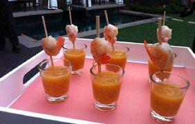 """Шот """"Пряная манговая Мэри"""" подается с острыми креветками на шпажке"""