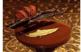 """В Лондоне """"Мясная текила"""" состоит из овощного сока, бальзамического уксуса, копченого перца и текилы. Подается напиток с гарниром из вяленого мяса и жареной колбасы"""