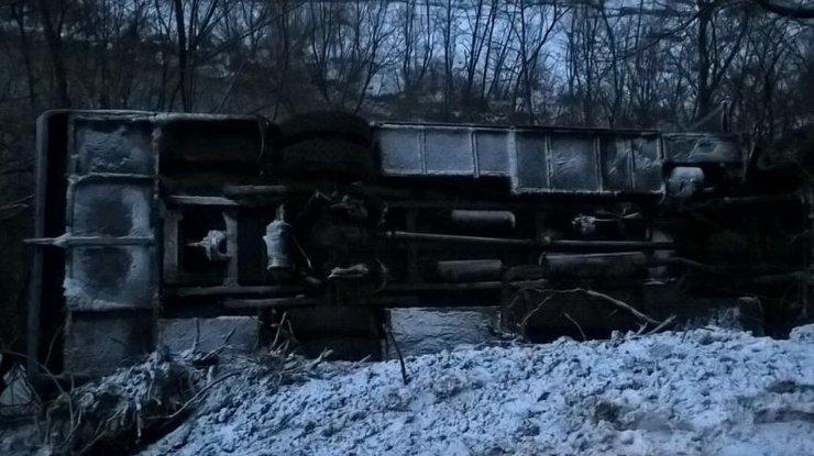 ВЗакарпатье автобус упал вреку собрыва