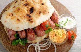 Чевапчичи, Хорватия. Это блюдо представляет собой жареные колбаски из перемолотого мяса с луком и приправами