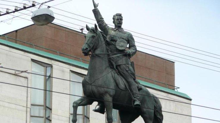 У монумента Щорса вКиеве кто-то уже отпилил ногу коня